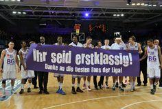 Das Team der BG Göttingen mit Dankeschön-Banner (Foto: Christian Reinhard)