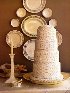Another beautiful cake which appears to be of a lace/doily type decoration?? Would go very well with a vintage themed wedding! ♥