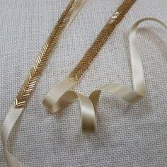 Perles de bugle or sont utilisés pour créer un style délicat chevron garniture. La couleur or est frappant et va déclencher votre robe à la perfection! -garniture perlée mesure 18 pouces de long x 3/8 pouces de large -ceinture fini mesure 3/8 po de large x 108 pouces de long -ruban de satin double face a scellé les bords pour éviter l'effilochage Perles prolongée disponible à un coût supplémentaire * s'il vous plaît contacter pour plus de détails CHAQUE ARTICLE FAIT SUR COMMANDE - DÉLAI…