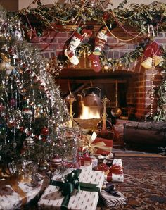 Enjoy the season like our grandparents did with these best old-fashioned Christmas traditions. You'll cherish these memories for many holidays to come, from cookie exchanges to listening to Christmas music. Old Fashion Christmas Tree, Old Time Christmas, Favorite Christmas Songs, Christmas Mood, Christmas Images, Country Christmas, Vintage Christmas, Christmas Trees, Holiday Fun