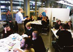 OSALLISTUVA BUDJETOINTI  Helsingin keskustakirjasto 2012. Kaupunkilaiset valitsivat osallistuvan budjetoinnin työpajoissa, mitkä kirjaston pilottiprojekteista käynnistetään. Pilotit perustuivat kaupunkilaisilta vuoden aikana saatuihin keskustakirjastounelmiin ja ne oli budjetoitu etukäteen. Osallistuminen tehtiin vielä läsnäolevana, ryhmätöinä, eikä osallistuvaa budjetointia ole juuri laajennettu kokeiluja pidemmälle. Auttaisivatko uudet digiajan työkalut idean etenemistä?
