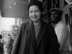 Rosa Parks. 1913 - 2005: Activista afroamericana. En 1955, esta costurera  se hizo famosa porque se negó a ceder su asiento en el autobús a un hombre blanco.  Ella fue arrestada y condenada por violar las leyes de segregación.  Apeló la decisión e hizo un reto formal a las leyes de la segregación.  Este fue el comienzo de una era revolucionaria de protestas masivas no violentas a favor de los derechos civiles en los Estados Unidos.