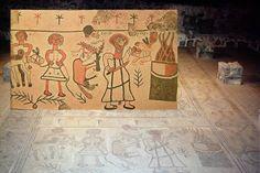 """Это мозаичный пол древнейшей синагоги Бет Альфа в Израиле. Это 3-4 век н.э.  """"Бет-Альфа"""" означает """"СЫНОВЬЯ АЛ-ФЫ"""".  Это пол отрыт только в 1929 году.   На ближней панели изображено жертвоприношение у евреев.  Кто барана, кто овцу тащит к жертвенному костру, но как вы видите, первый по старшинству тот с большим тесаком, кто тащит сопротивляющегося ребёнка."""