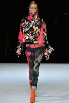 #MILANFASHIONWEEK - Jeans exuberante e paleta neón na #JustCavalli - www.guiajeanswear.com.br - #GuiaJeansWear : O Portal do #Jeans