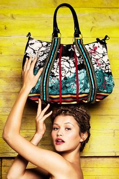 Desigual women's Bag Rayas Topos bag from the Cool line. This is a very colourful and functional bag to wear on the shoulder or like a messenger bag. Perfect to add a touch of Desigual to your look.
