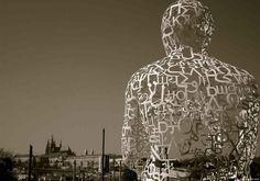 """Praga é uma cidade com abundância de estátuas e esculturas. Aqui, um """"estranha ou bizarra"""" escultura na representação de um homem sentado junto ao Castelo de Praga."""