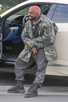 Kanye West playfully poses for photographers outside his office - Casual: The Black Skinhead hitmaker paired the eccentric hairstyle with a very casual ensemble for - Kanye West Show, Kanye West Songs, Kanye West Style, Yeezy Fashion, Mens Fashion, Fashion Outfits, Kanye West Outfits, Kanye West Fashion, Kanye West Hair