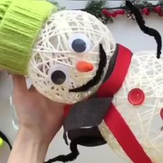 Christmas deco with yarn – Deco Noel Diy Christmas Decorations For Home, Christmas Ornament Crafts, Snowman Crafts, Christmas Crafts For Kids, Diy Christmas Ornaments, Homemade Christmas, Kids Christmas, Holiday Crafts, Christmas Wreaths
