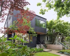 While its façade is unmistakably modern, the Pink House was designed with sensitivity by Scott Posno Design to the surrounding Vancouver houses. Vancouver House, Journal Du Design, Cedar Siding, Deck Decorating, Black Exterior, Pink Houses, Traditional House, White Oak Floors, Modern Architecture