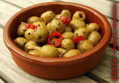 Cosas de Picar ~ Green Olives with Chili Peppers and Garlic in Olive Oil ~ http://www.tapasbonitas.com/tapas_cosas_de_picar/Tapas_Olivas_con_Ajo_y_Pimiento_01e.php#