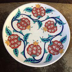 Nar desenli tabak. #frigseramik #ibrahimkuslu #çini #iznik #tabak #nar #bereket #elyapımı #elboyama - ibrahimkuslu