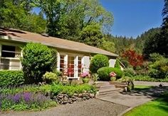 Kenwood Cottage-Canyon & Creek Setting, Spa, Tesla Welcome, NO cleaning Fee. Kenwood Cottage is located in the heart of Sonoma's wine country and the town o...
