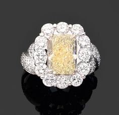 A diamond and 18K gold ring set with a cushion shaped fancy yellow diamond weighing 4,22 cts.