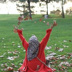 I wrote the name of the leaves of the branches Sararan. I wrote the name of the leaves of the branches Sararan. Cute Poses For Pictures, Cute Profile Pictures, Profile Picture For Girls, Girly Pictures, Girl Photography Poses, Tumblr Photography, Stylish Hijab, Niqab Fashion, Fake Girls