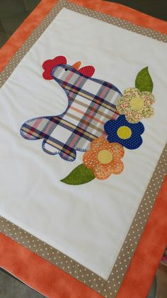 Jogo Americano Galinha Flower Applique, Applique Patterns, Applique Quilts, Applique Designs, Quilt Patterns, Chicken Quilt, Tablerunners, Deco Table, Mug Rugs