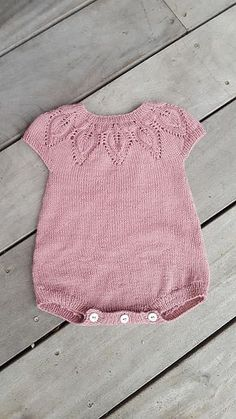 Baby Knitting Patterns Lille Dahlia Romper pattern by Lene Holme Samsøe… Knitted Baby Clothes, Knitted Romper, Baby Knits, Knitting For Kids, Baby Knitting Patterns, Free Knitting, Crochet Patterns, Body Baby, Baby Romper Pattern