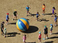Wenn ihr und eure Schüler mal für 5 Minuten eine kurze Abwechslung braucht, die Bewegung, Koordination und Spaß bringt, dann probiert doch das Folgende mal aus: Die Gruppe stellt sich im Kreis auf. Große Klassen werden in kleinere Gruppen aufgeteilt.