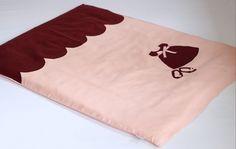 Lniana pościel z sukieneczką - linen nursery bedding in pink and maroon - www.papillon-shop.pl