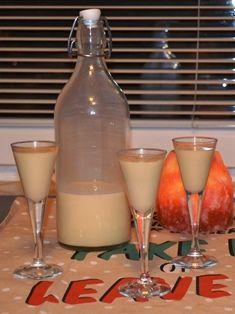 Jak připravit domácí vaječný koňak   recept Slovak Recipes, Beverages, Drinks, Apple Cake, Glass Of Milk, Med, Food And Drink, Punk, Detox