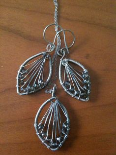 Wire leaves to make earrings or pendants Wire Jewelry Earrings, Leaf Jewelry, Wire Wrapped Earrings, Wire Wrapped Pendant, Beaded Jewelry, Handmade Jewelry, Wire Pendant, Jewlery, Necklaces