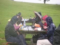 """Vaikka leirille ei toivota sadetta, järjestää Tilhi """"säässä kuin säässä"""" ruokailu, joten sää ei tule pilamaan herkkuhetkiä!"""