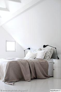 makuuhuone,sänky,valkoinen,lakanat,petaus