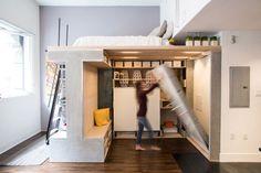 Um casal de designers desenvolveu móveis multifuncionais para aproveitar cada centímetro deste apê de 46m² em São Francisco