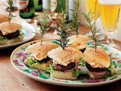 Minihamburgare med en otroligt god tomat- och getostaioli. Kommer göra succé på festen!