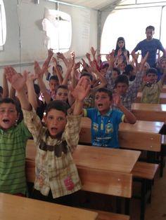Kinderen krijgen les in de nieuwe schooltjes die zijn opgezet in het vluchtelingenkamp. www.vluchteling.nl