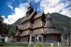Borgund Stave Church, en la ciudad de Lardal, Noruega; año 1180, altura 37 metros. Iglesia dedicada al apostol San Andrés.