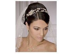 A tiara da noiva pode combinar com o detalhe do véu