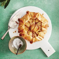 This spectacular salted caramel apple tart is a surefire crowd-pleaser. It comes together in minutes, and has a sturdy crust that travels easily. Baking Recipes, Cookie Recipes, Dessert Recipes, Apple Tart Recipe, Desserts With Biscuits, Easy Pie, Savoury Dishes, Holiday Recipes, Holiday Meals