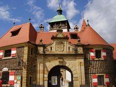 Blízké památky: Bouzov - vstupní brána hradu.