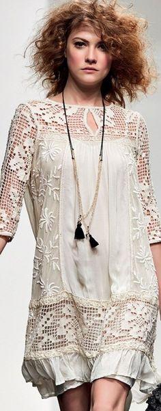 Дизайнеры часто используют сочетание тканей с вязаными крючком и спицами ажурными вставками Сочетание создает удивительно женственные платья Кружево и ткань подчеркивают фактуру друг друга, у…