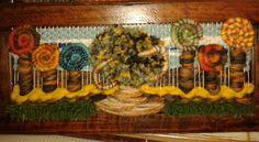 Telar decorativo en relieve con flores y árbol. ..