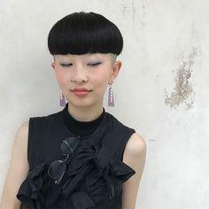 いいね!242件、コメント3件 ― 渡邊なつき Natsuki Watanabeさん(@wata08015338869)のInstagramアカウント: 「「かぽり族さま」 さくらこはんかわいすぎますー カポリ族さま、健在!! カポリの位置は人それぞれの生え方や、に合わせにて決めております! #hair #fashon#ショート#haircut…」 Bowl Haircuts, Short Bangs, Japanese Hairstyle, Bowl Cut, Page Boy, Pixie Cut, Hairstyles With Bangs, Asian Girl, Short Hair Styles