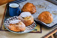 Töltött zsemle túróval | Street Kitchen Cottage Cheese, Raisin, Protein, Muffin, Dessert Recipes, Baking, Breakfast, Sweet, Food