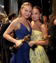 Pin for Later: 14 Choses Qui Ont eu Lieu Pendant les Coupures Pub des Oscars En coulisses, Brie Larson et Alicia Vikander ont posé pour quelques photos avec leurs récompenses.