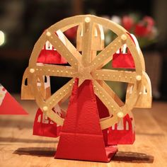 A great piece for your circus or carnival - themed party. Step-by-step instructions on how to make your own paper ferris wheel muffin holder Cardboard Toys, Paper Toys, Carnival Themed Party, Party Themes, Home Crafts, Diy And Crafts, Diy For Kids, Crafts For Kids, Diy Paper