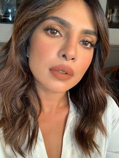 We are loving Priyanka Chopra Jonas' sunkissed makeup look 😍 . Nude Makeup, Hair Makeup, Black And Blonde Ombre, Dark Hair, Blonde Hair, Glamour, Hair Color Balayage, Blonde Highlights, Makeup Looks