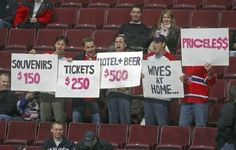 Sports can create some funny situations. Here are 25 hilarious sport pictures that will have you rolling with laughter. Sports Signs, Fan Signs, Sr1, Sports Humor, Funny Sports, Funny Hockey, Hockey Memes, Sports Pictures, Fantasy Football