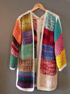 Casaco de Linha, trabalhado no Trico rendado e com acabamento em Croche.