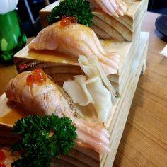 Salmon Aburi Saikyo Sushi แซลมอนลนไฟราดซอสไซเคยว ดเกนราคาเลย ชอบคะ อรอยจงตงอยครบ : Fuku Japanese Sushi Bar : 1fl. I'm park Samyan : 199 b./ 6 pieces ไมผดคะ 6 คำ เพยง 199 บาทเทานน (Promotion ยงไมมกำหนด) by mehiwplace