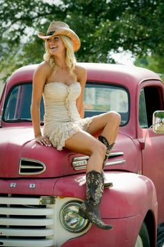 Cute dress with her boots! Also, the hat is great. My style pin up girl! #CountryPinUp