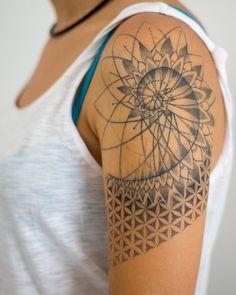 Fibonacci Tattoo, Tatouage Fibonacci, Dotwork Tattoo Mandala, Sternum Tattoo, Mandala Hand Tattoos, Fibonacci Spiral, Geometric Sleeve Tattoo, Geometric Tattoo Design, Mandala Tattoo Design