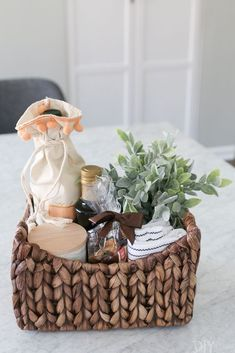 Wine Basket Gift Ideas Discover Simple and Personal Gift Wrapping Ideas for All Skill Levels Create this adorable and simple gift for new homeowners. Buy a basket and fill it with wine olive oil new towels and all kinds of pretty items. Housewarming Gift Baskets, Wine Gift Baskets, Basket Gift, Spa Basket, Coffee Gift Baskets, Hamper Gift, Christmas Gift Baskets, Craft Gifts, Diy Gifts