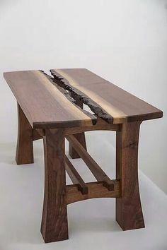 Mesa em madeira com tampo feito com a mesma tora