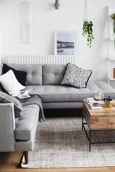 sala com mesa de madeira e sofá cinza