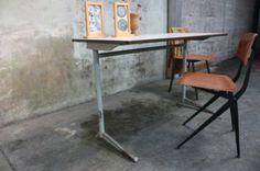 Oude schooltafels uit de jaren '60 van Marko