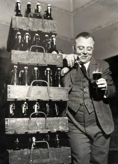 Old style beer crates, I think these are still a great idea! Beer Photos, Beer Pictures, Beer Pics, Beer Brewing Kits, Home Brewing, Gin, Vodka, Beer Store, Buy Beer